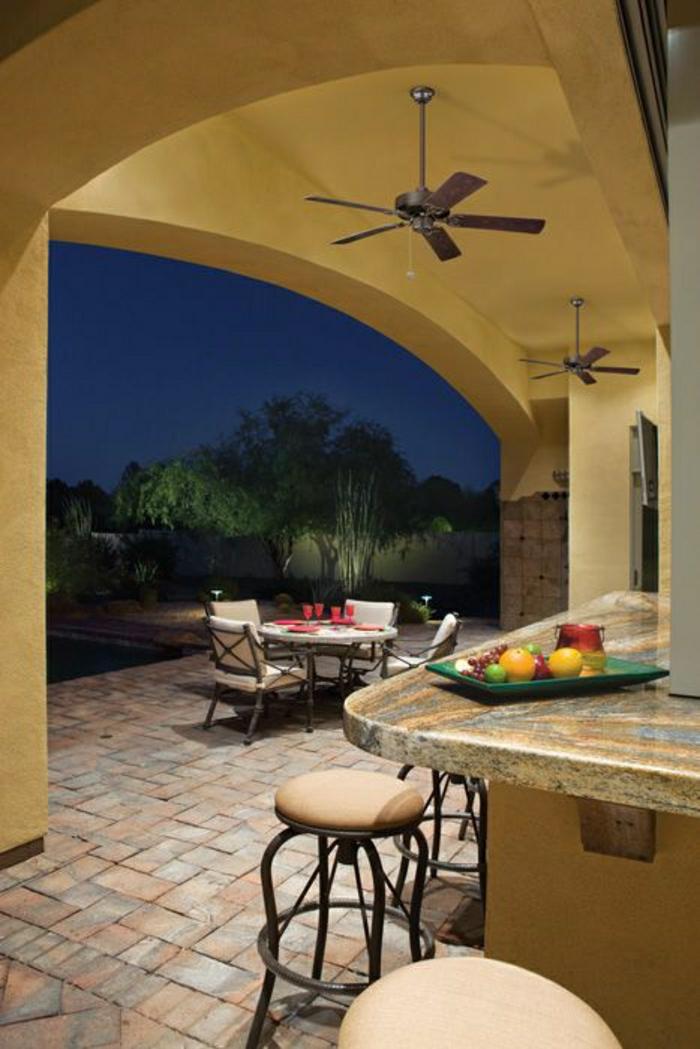 ventilateur-plafond-design-extérieur-jardin-bar-avec-chaises-ventilateur-en-bois