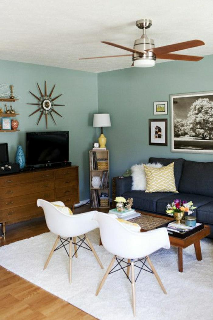 ventilateur-plafond-lustre-insolite-bois-murs-bleus-canapé-bleu-foncé-peintures-murales