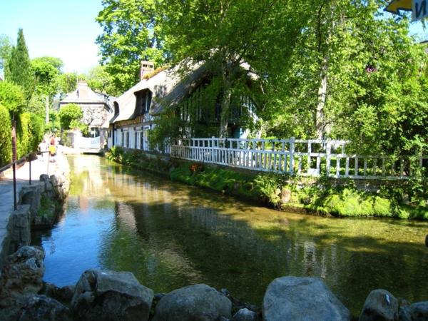 veules-maison-les-roses-fence-fleuve-pierres-nature