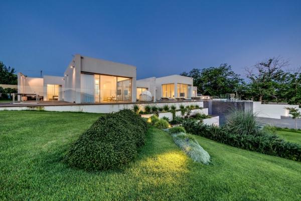 villa-contemporaine-avec-un-grand-massif-vert-autour