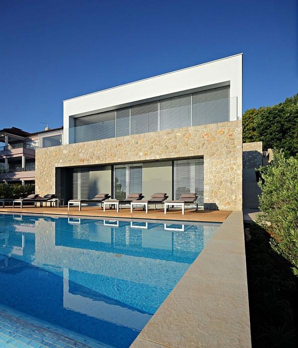 villa-contemporaine-avec-une-grande-piscine-devant