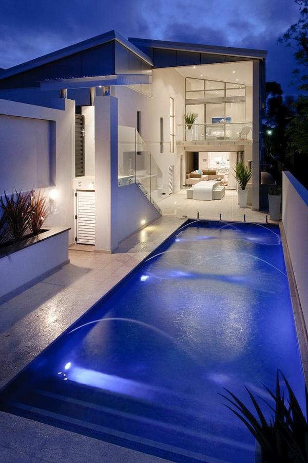 villa-contemporaine-blanche-avec-jolie-piscine