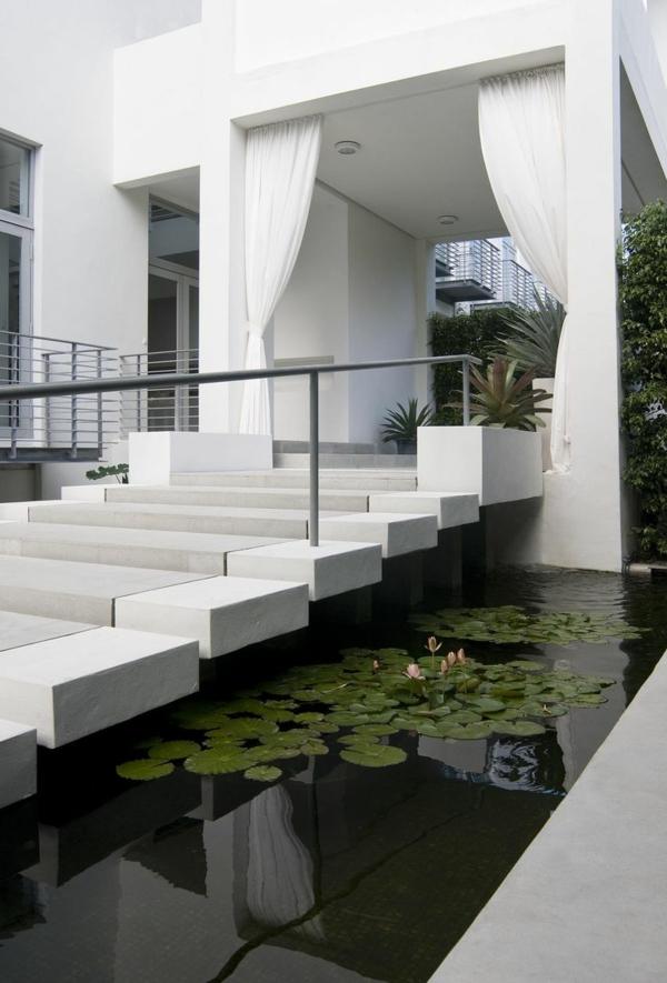 villa-contemporaine-escalier-blanc-élégant-et-piscine-avec-nénuphars