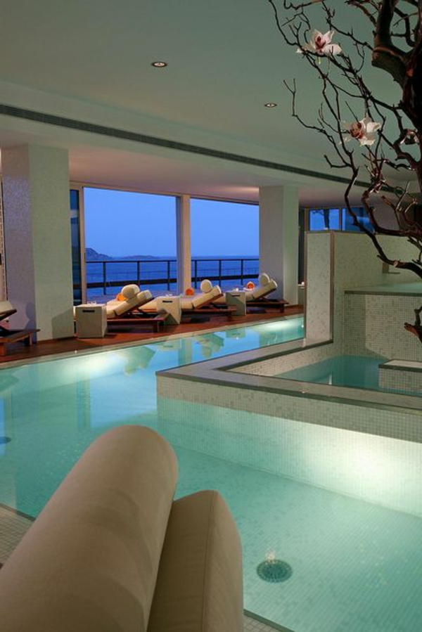 villa-contemporaine-piscine-intérieure-dans-une-maison-près-de-la-mer