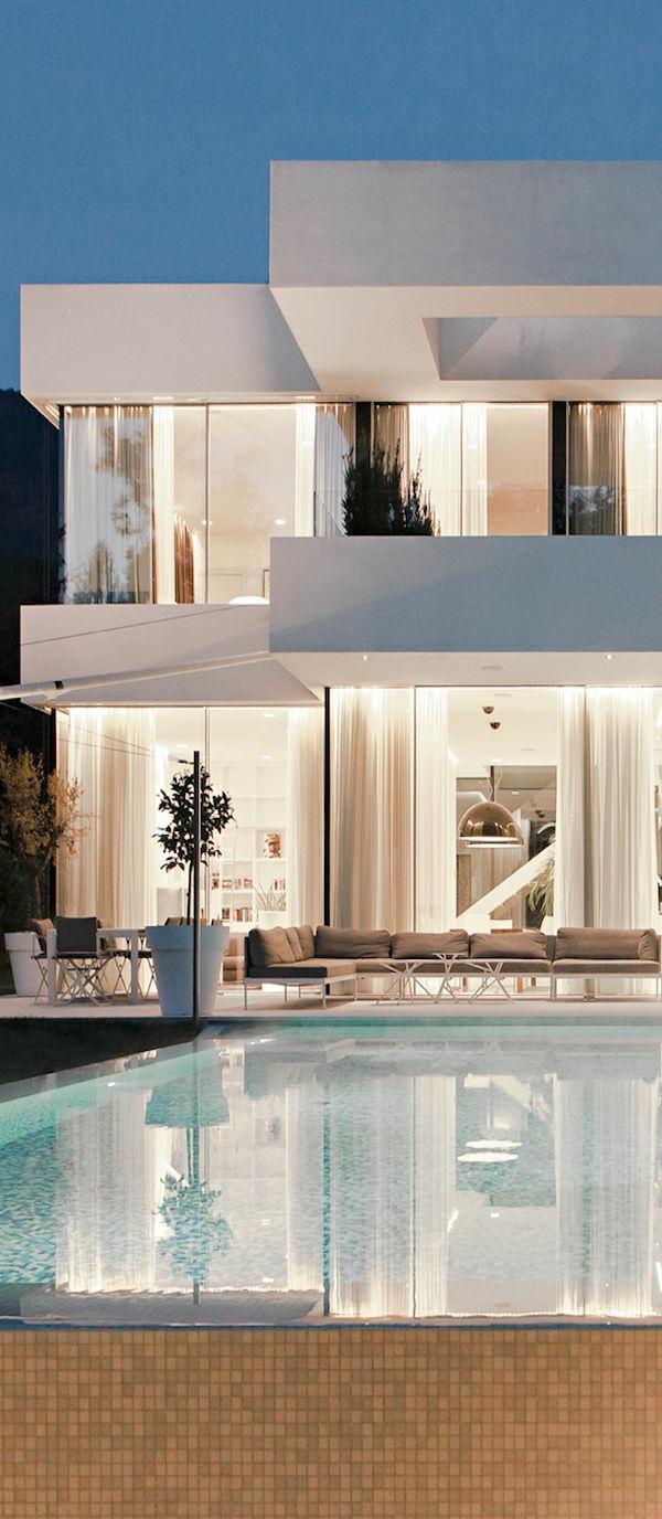 villa-contemporaine-piscine-reflétante-la-maison-blanche