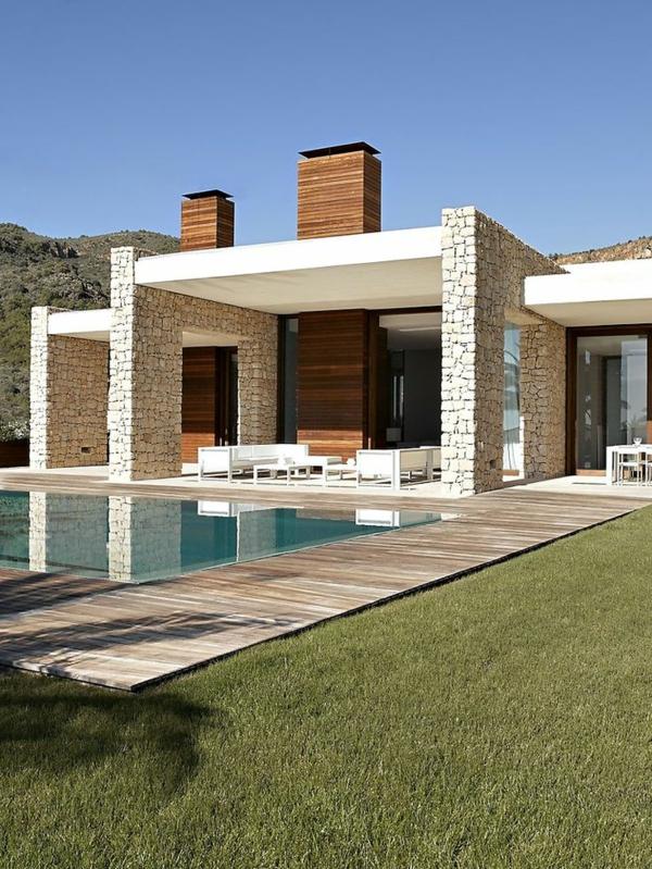 villa-contemporaine-terrasse-en-bois-et-colonnes-en-pierre