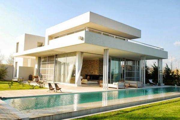 villa-contemporaine-une-longue-piscine