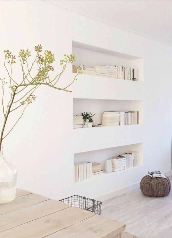 étagère-blanc-dans-le-mur-idée-mur-blanc-plante-verte-d-intérieur-sol-en-parquet-table-en-bois