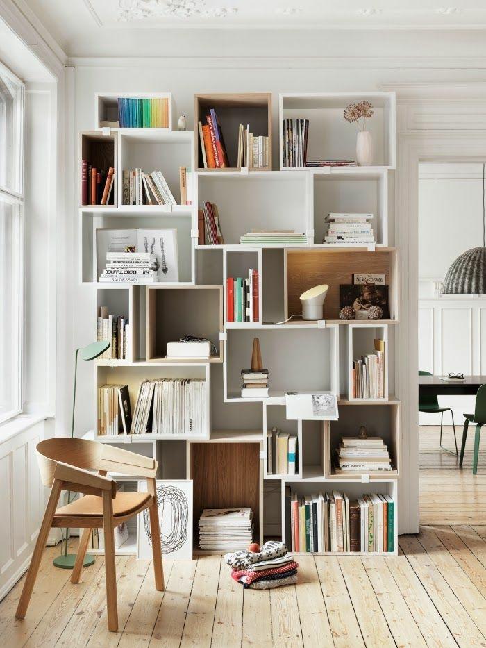 étagère-cube-murale-beaucoup-de-livres-atagere-avec-tiroir-en-bois-chaise-en-bois