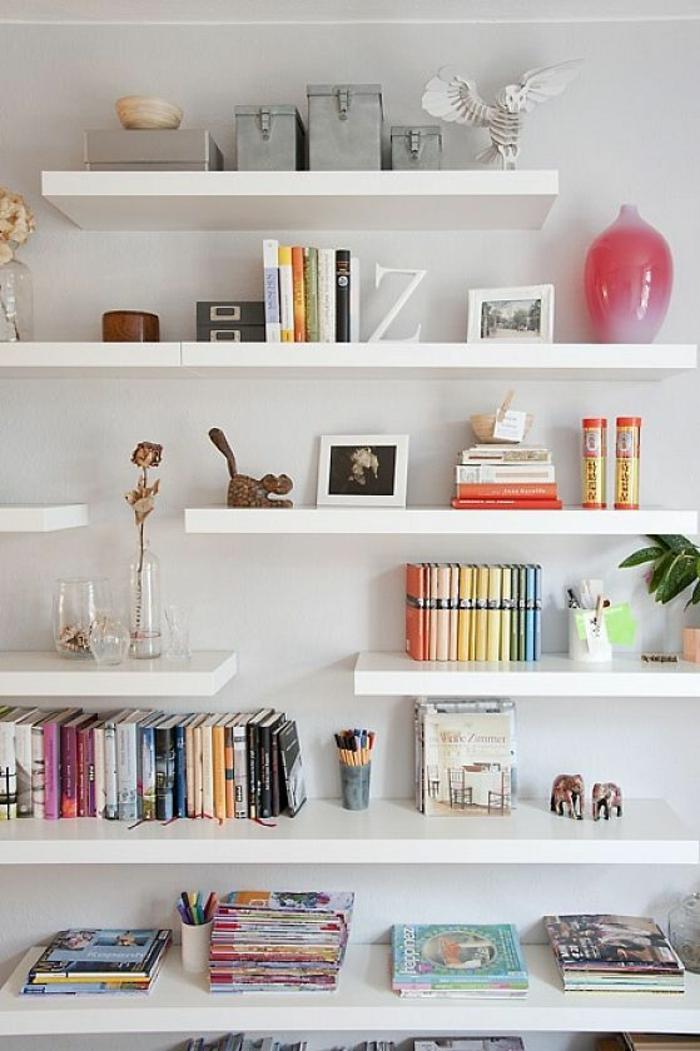 étagère-en-bois-blanc-livres-décoration-murale-mur-blanc-livres-a-poser-mur-blanc