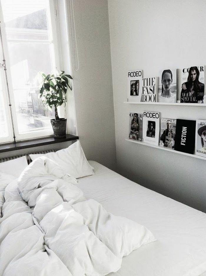 étagère-en-bois-blanc-murale-fenetre-grande-plante-verte-linge-de-lit-blanc-chambre-a-coucher