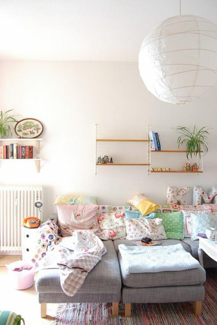 étagère-en-bois-design-mur-banc-canapé-gris-salon-confortable-tapis-coloré