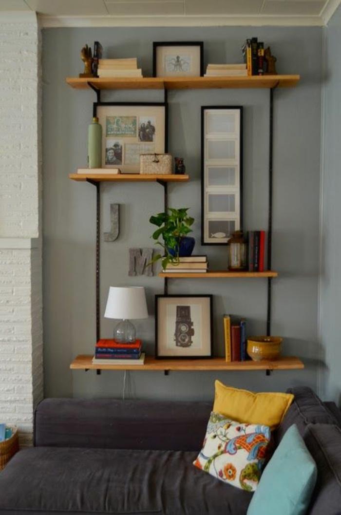 étagère-murale-bois-petite-etagere-murale-canapé-gris-salon-confortable-mur-gris-lampe-de-chevet-blanche