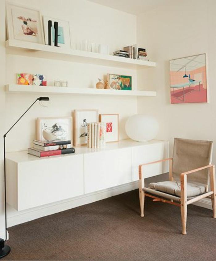 étagère-murale-en-bois-blanc-lampe-de-lecture-noir-chaise-en-bois-moquette-mur-blanc