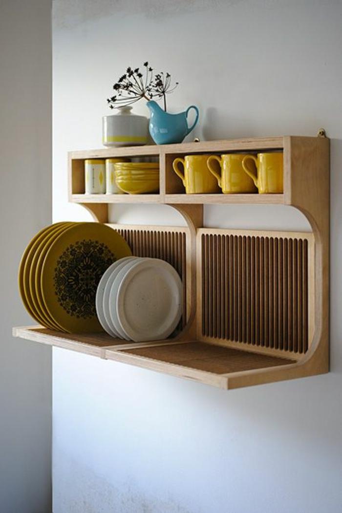 étagère-murale-en-bois-verres-jaunes-fixation-etagere-murale-en-bois-assiettes