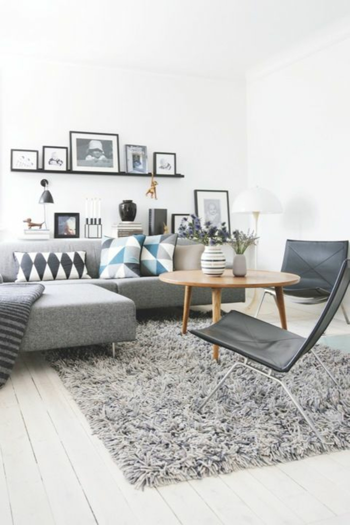 étagère-noir-en-bois-tapis-gris-sol-planchers-coussins-colorés-canapé-gris-photos-murales
