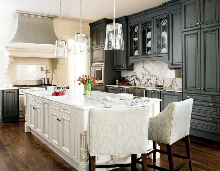 Couleur Peinture Rose : cuisine grise, meubles en bois, fleurs sur la table, modele de cuisine