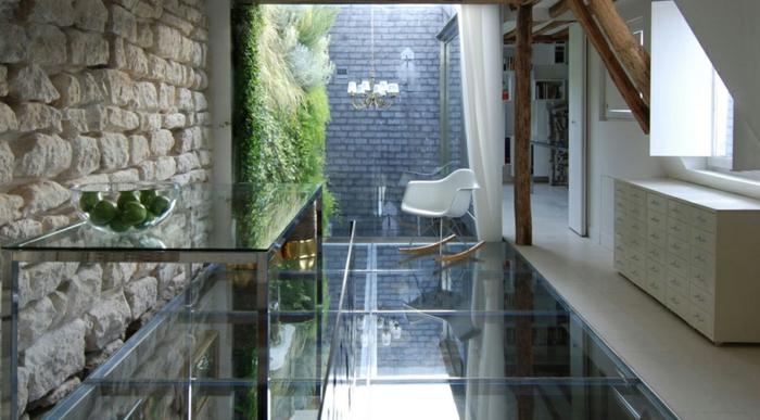0-dalle-de-verre-plancher-verre-chaise-berçante-plastique-blanc-en-bois-mur-en-verre