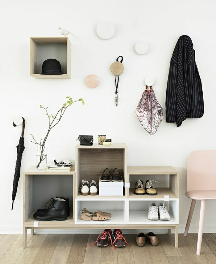 0-meuble-a-chaussure-ikea-idée-sol-en-parquet-mur-blanc-cubes-de-rangement-en-bois