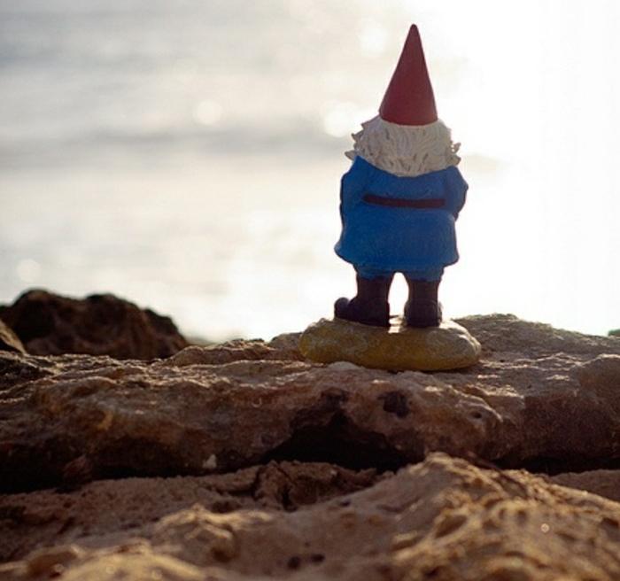 0-nain-de-jardin-statues-de-jardin-idée-chapeau-rouge-un-nain-en-dos