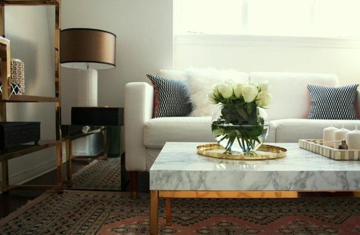 0-table-basse-marbre-canapé-beige-lampe-de-chevet-tapis-coloré-lampe-beige