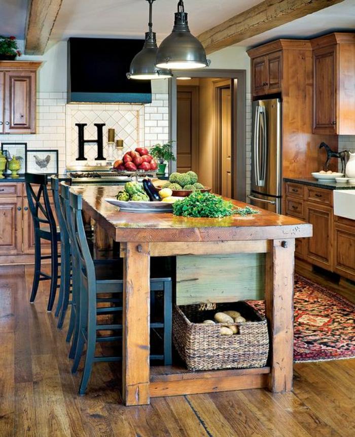 0-table-haute-en-bois-chaise-haute-noir-mur-carrelage-lampe-legumes