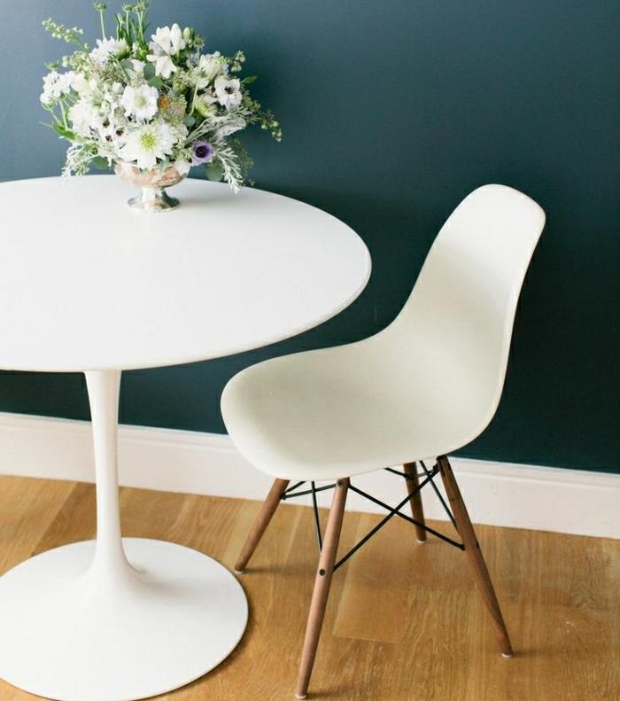 0-table-plastique-blanche-table-ronde-ikea-fleurs-sur-la-table-mur-bleu-foncé