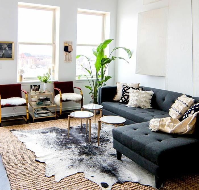 0-tapis-peau-de-vache-carrelage-tapis-en-bois-murs-blancs-canapé-gris-coussins