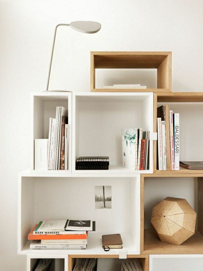 1-étagère-murale-cube-en-bois-lampe-de-chevet-décorative-idée-en-bois-mur-blanc