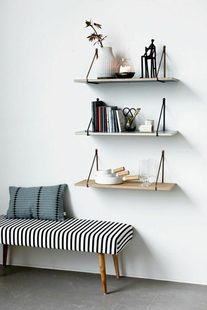 1-étagère-murale-petite-étagère-salon-canapé-blanc-noir-mur-blanc-etagere-en-bois-coussin
