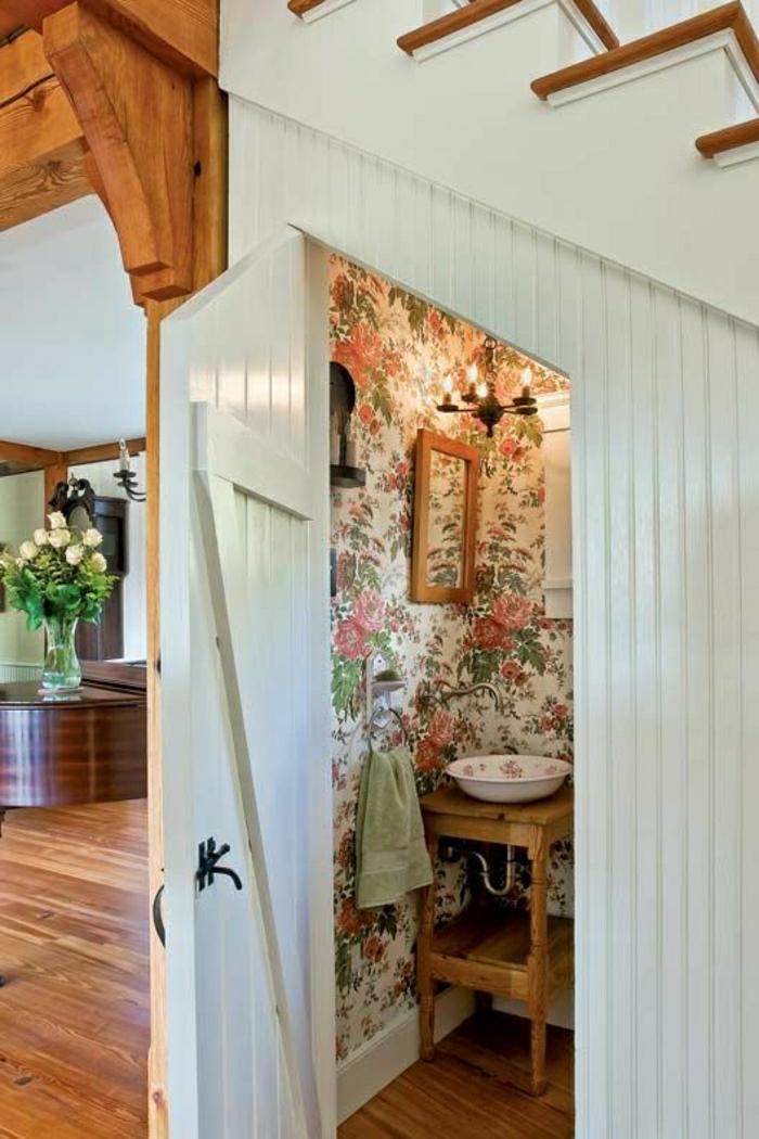 1-aménagement-sous-escalier-salle-de-bain-sous-escalier-porte-en-bois-blanc-fleurs