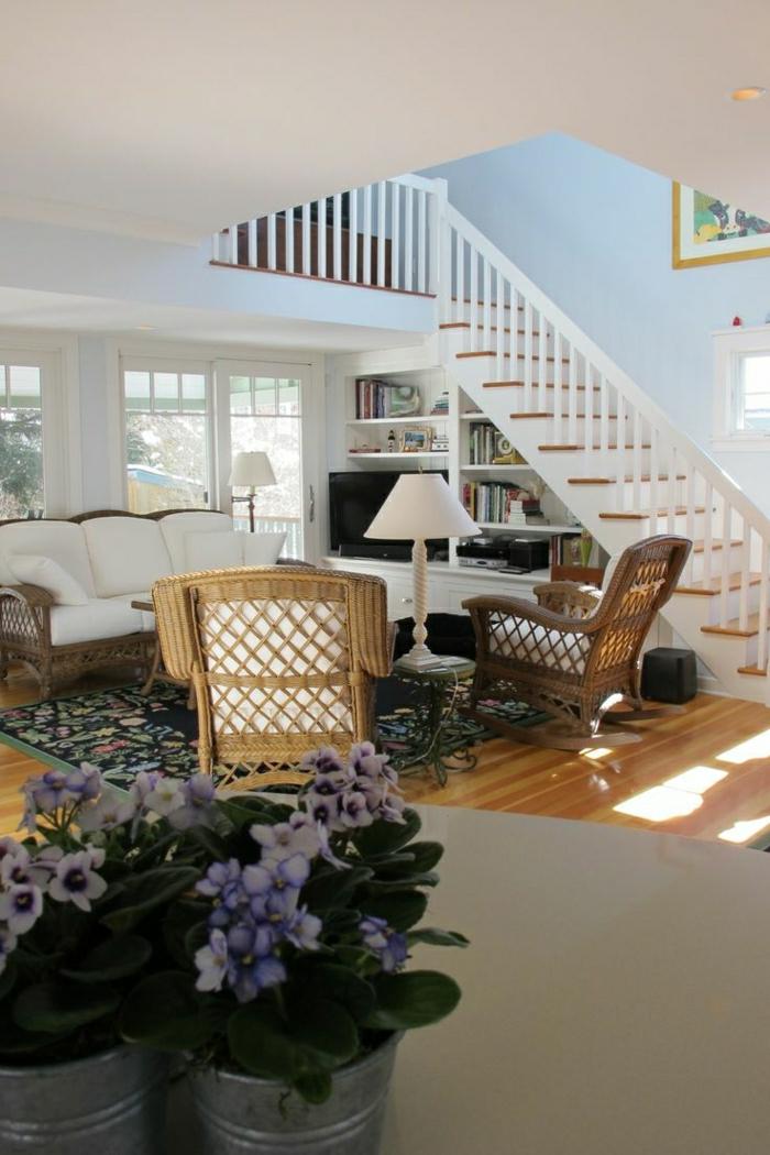 1-aménagement-sous-escalier-salon-sous-escalier-parquet-en-bois-tapis-coloré-fleurs