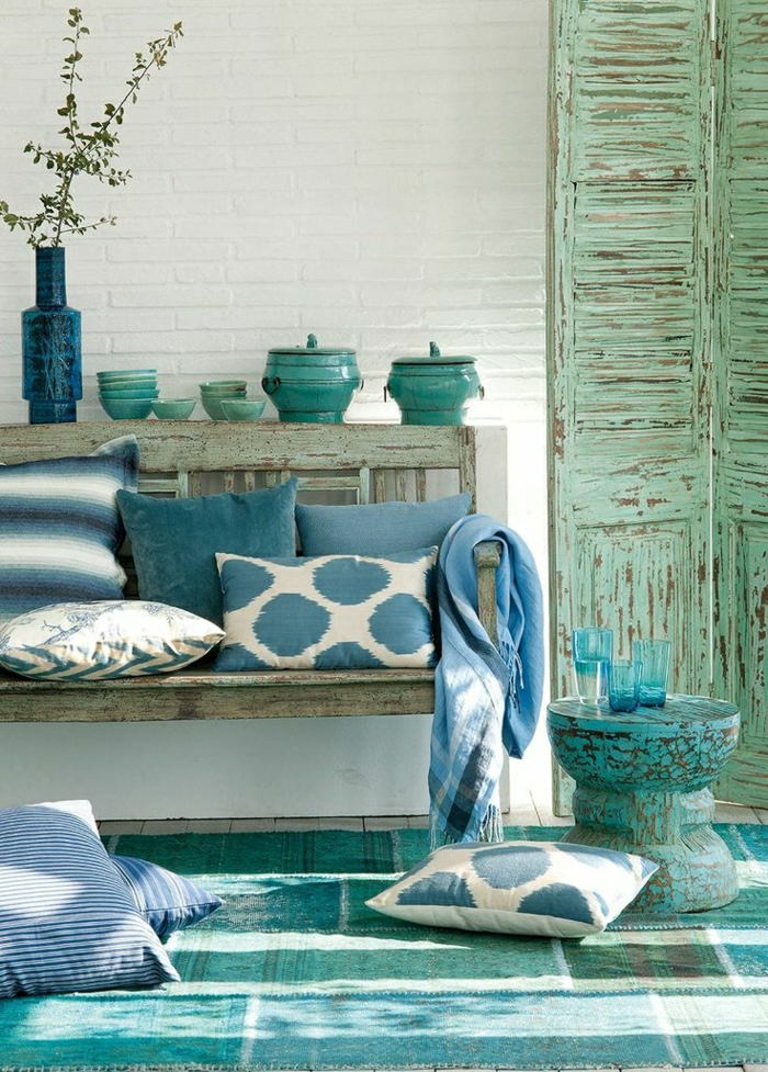 1-bleu-cyan-idée-coussins-bleu-ciel-couleur-turqoise-mur-de-briques-blancs-tapis-bleu