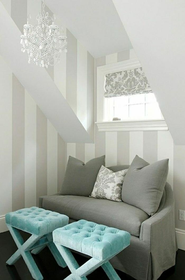 1-canapé-couleur-gris-lustre-blanc-baroque-tabouret-bleu-ciel-couleur-turqoise-mur-a-rayures