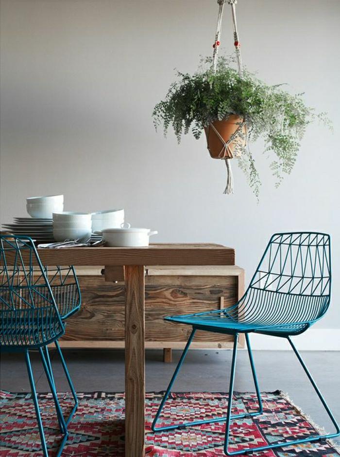 1-chaise-en-fer-chaise-de-cuisine-couleur-turqoise-tapis-coloré-mur-beige-couleur-cobalt