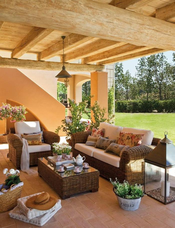 1-chaise-osier-belle-idée-aménagement-veranda-meubles-en-rotin-table-basse-en-osier