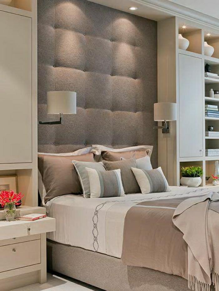 1-chambre-a-coucher-couleur-taupe-coussins-taupes-table-de-chevet-en-bois-clair-fleurs