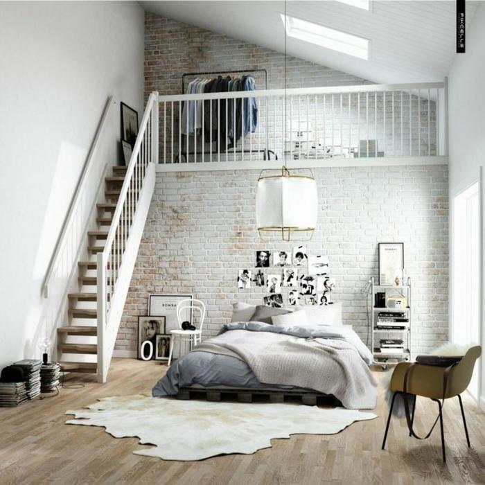 1-chambre-a-coucher-intérieur-mur-de-brique-escalier-en-bois-lit-linge-de-lit-gris