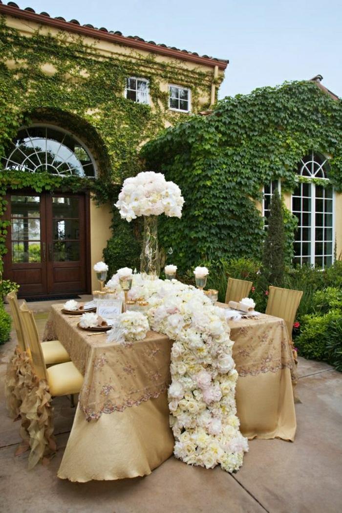 1-chemin-de-table-mariage-idée-nappe-de-mariage-beige-chemins-de-table-fleurs