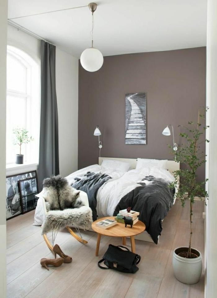 1-couleur-taupe-dans-la-salle-de-séjour-mur-taupe-lustre-blanc-chaise-berçante-plastique