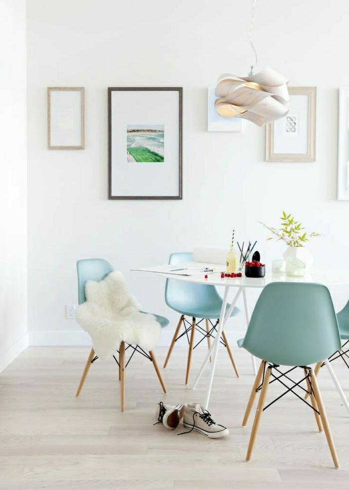 1-couleur-turquoise-bleu-roi-chaise-plastique-bleu-turqoise-mur-blanc-table-de-cuisine-bleu