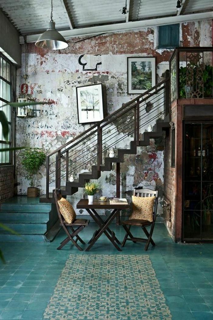 1-couleur-turquoise-bleu-roi-salle-de-séjour-carrelage-bleu-roi-escalier-plantes-vertes