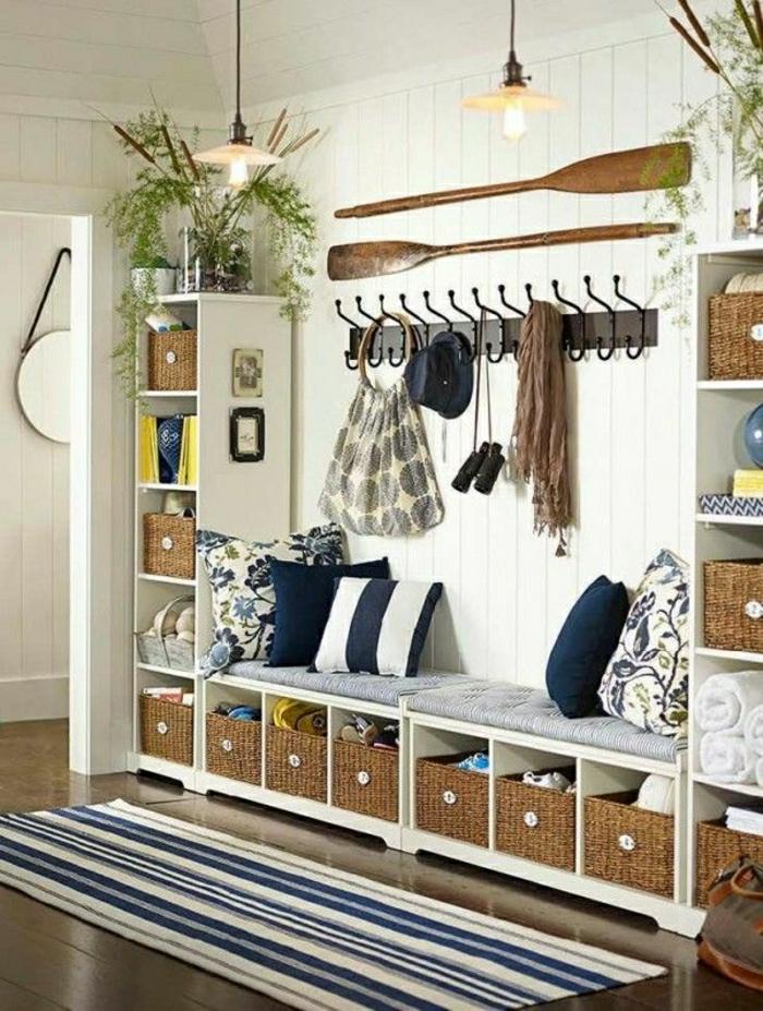 1-couloir-de-style-marin-décoration-marine-murale-tapis-a-rayures-blanc-bleu-plante