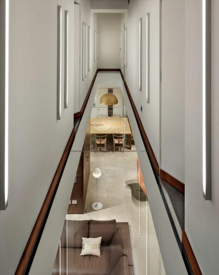 1-couloir-plancher-en-verre-idée-insolite-mur-blanc-maison-moderne-architecture