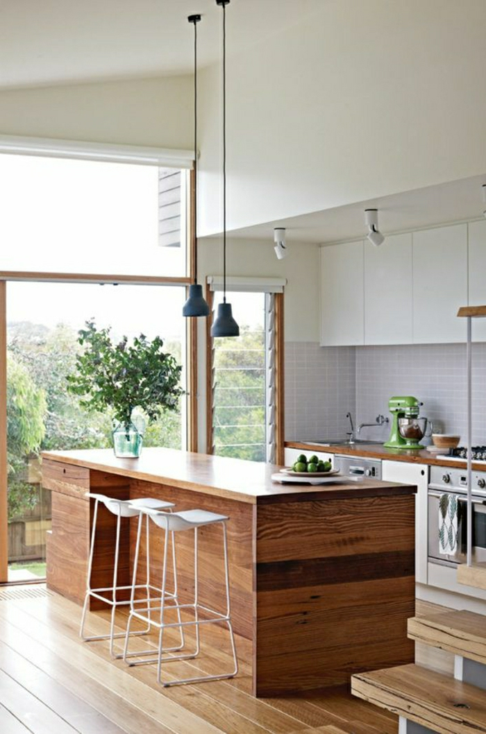 1-cuisine-avec-un-bar-de-cuisine-en-bois-foncé-chaise-blanche-fenetre-grande