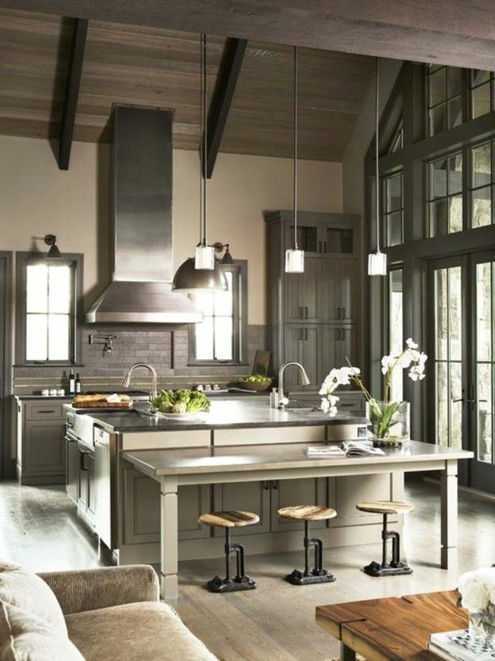 1-cuisine-modele-en-bois-gris-chaises-hautes-de-bar-fleurs-dans-votre-cuisine