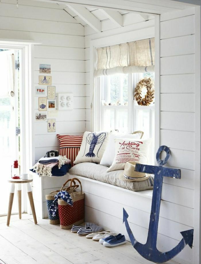1-déco-marine-sol-en-plancher-sol-en-bois-canapé-beige-mur-blanc-chambre-lumineuse
