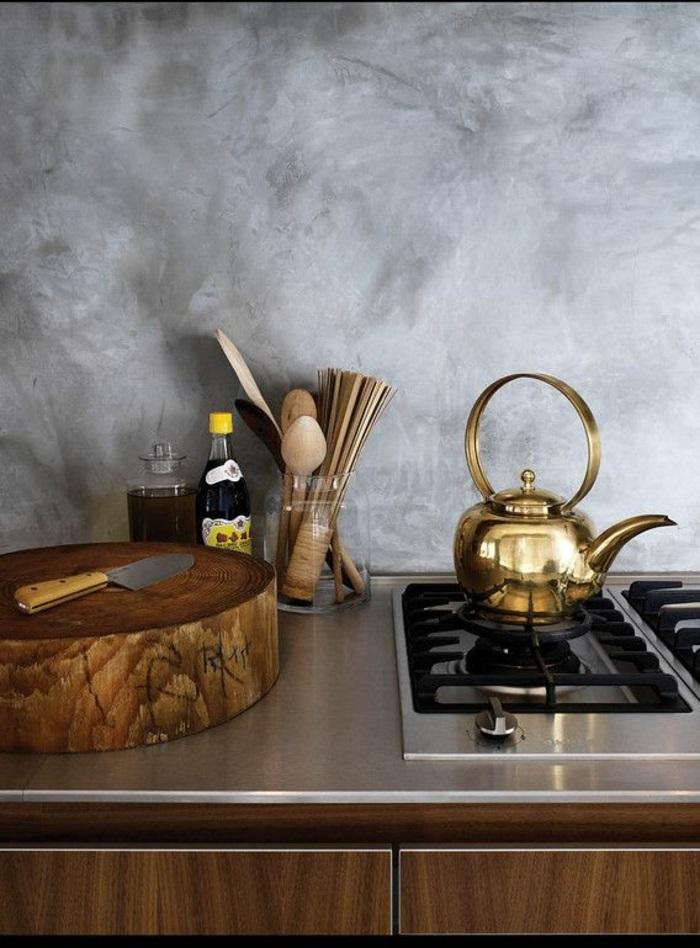 théière-dans-la-cuisine-une-theiere-cuisinier-dorée