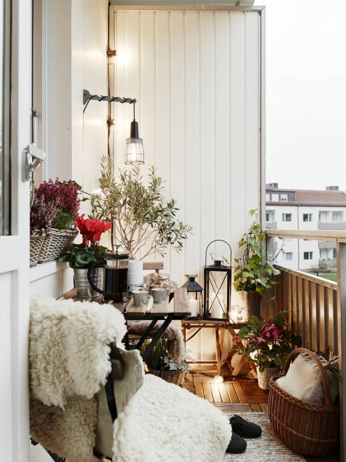 1-decoration-terrasse-meubles-de-terrasse-mur-blanc-fleurs-plantes-vertes