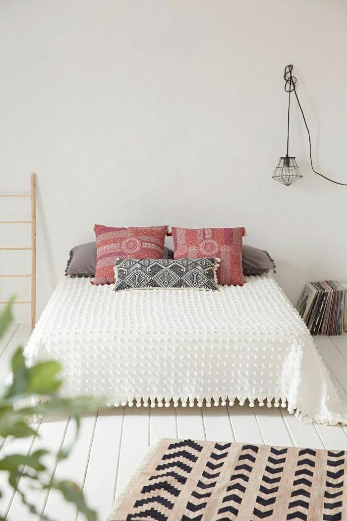 1-descente-de-lit-tapis-chambre-a-coucher-coussins-colorés-couverture-de-lit-blanc-sol-en-plancher